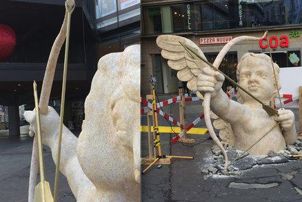 """Obří amor """"probořil"""" zem na náměstí Republiky! Šípem míří do srdce, po Valentýnu zase zmizí"""