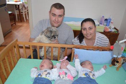 6 let se snažili o miminko, teď mají trojčátka: Rodiče ale bojují s dluhy a hledají babičku