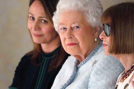 Celebrity na síti: Královna Alžběta na týdnu módy a líbánky Leoše Mareše