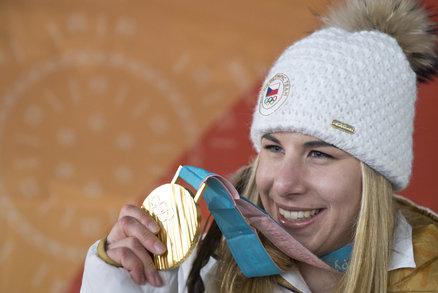 Ester Ledecká (22) se jednoznačně dnešním, opět zlkatým finálovým vítězstvím pasovala na titul královny olympijských her. V paralelním obřím slalomu žen na snowboardu se od ní skvělý výsledek očekával, narozdíl od zlata v superobřím slalomu na lyžích, které vyfoukla těm největším favoritkám jako v podstatě outsider. Získat dvě zlaté medaile ve dvou odlišných disciplínách se podřilo jen třem sportovcům a ona je jedním z nich! Bravo Ester!