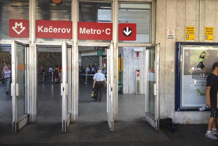 """Výluka na """"céčku"""": Metro nepojede mezi stanicemi Pražského povstání a Kačerov, budou se měnit pražce"""
