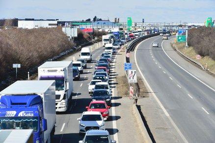 Nehoda čtyř aut uzavřela D8: Jeden člověk zemřel, 5 se zranilo