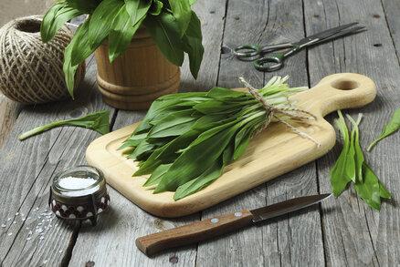Medvědí česnek je jarní bylinka. Čerstvý ho můžeme užívat jen asi měsíc v roce, pak je konec a musíme si počkat na další sezonu. Čerstvé listy dodají zvláštní chuť salátům, těstovinám i polévkám. Naštěstí existují způsoby, jak ho uchovat na delší dobu. Už kvůli tomu, že je dobrý, a navíc prospěšný zdraví. Na co pomáhá?