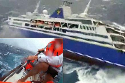 Boj o přežití uprostřed nelítostného moře: Pasažéry na lodi ohrožovaly 10metrové vlny