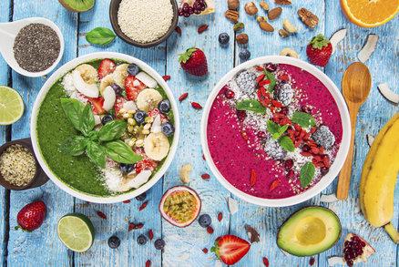 Ovoce je cenným zdrojem vitaminů, minerálních látek a vlákniny, ale pokud držíte dietu, množství, které za den sníte, byste si měli hlídat. Oproti zelenině je v něm totiž více cukrů a jeho energetická hodnota je vyšší. Které druhy jsou při hubnutí vhodnější a které raději do jídelníčku nezařazovat?