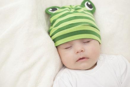 Tajemství kvalitního spánku kojenců? Pevná strava už ve třech měsících, tvrdí studie