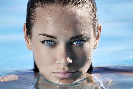 Pokud si přejete mít u vody dokonale nalíčené řasy, pak jsou pro vás voděodolné řasenky v létě jednoznačně must have. Hravě zvládnou také slzy a většina vás nezklame ani při sportu. Která opravdu funguje a kterou raději nekupovat?