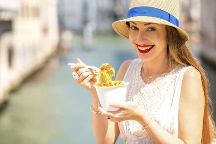 """Jak je možné, že v zemi špaget, pizzy a jiných sacharidových bomb, je pouze necelých deset procent obyvatel obézních? Jak to, že Italky milují samy sebe a vědí, jak chytře hubnout bez nesmyslných diet? Může za to takzvaná """"la paseggiata"""". Díky tomuto snadnému rituálu Italky netloustnou, ale naopak si udržují přiměřenou váhu nebo dokonce hubnou! Co je to za trik?"""