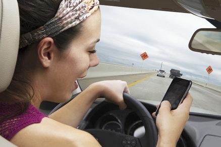 Stále více teenagerů telefonuje za jízdy! Výhrůžky ani tresty nefungují