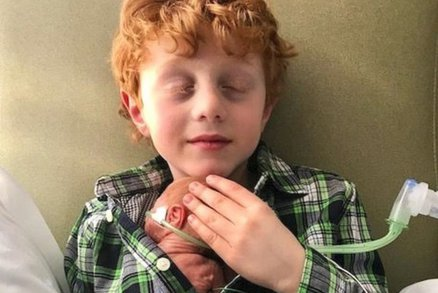 Prosil o bratra od svých tří let. Matka šla na operaci, aby mu přání splnila