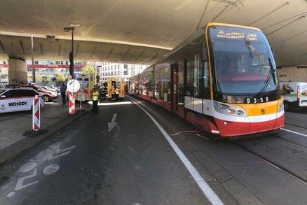 Na Karlově náměstí nejezdí tramvaje. Pro cestující je zavedená náhradní autobusová doprava