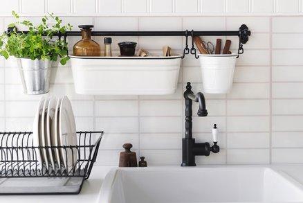 Závěsné vychytávky do kuchyně ušetří místo. Bez těchto se neobejdete!