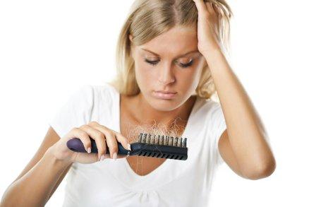8 důvodů, proč vám padají vlasy. Můžete je zachránit!