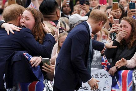 Princ Harry v objetí s plačící ženou: Dostaneš do mě problémů, šeptal jí