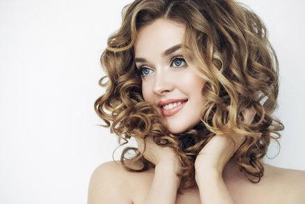 Testování vlasových tužidel: Které vlasy neslepí a vytvoří dokonalý objem?