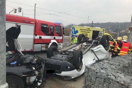 Vážná nehoda na Trojském mostě: Auto skončilo na střeše! Řidiče museli vyprostit