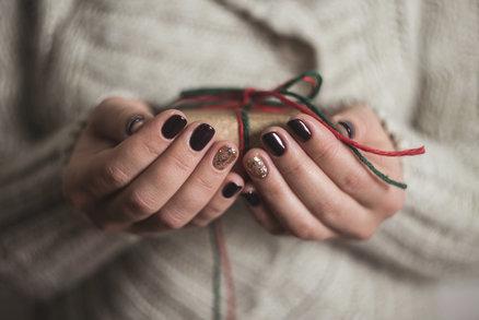 Vánoce se kvapem blíží, a pokud chcete u vánočního stromečku zazářit, nezapomeňte své nehty sladit s vánoční atmosférou. Našly jsme pro vás nejkrásnější sváteční manikúru, kterou si zamilujete. Inspirujte se ve fotogalerii!
