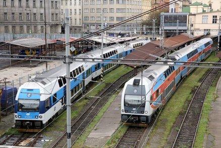 Problémy na kolejích v Praze! Zrušené a zpožděné vlaky, silný vítr poškodil trakční vedení