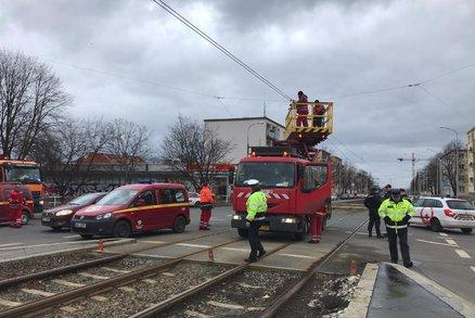 Komplikace v pražské MHD: Vůz na Větrníku zavadil o trolej, tramvaje nejezdí