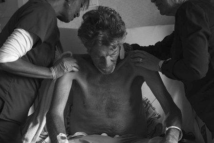 Fotky, z nichž mrazí: Takto vypadá smrt otce očima jeho syna