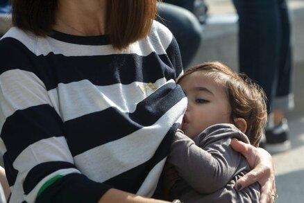 Pobouřené matky táhnou do boje! Budou kojit v bankách po celém Česku