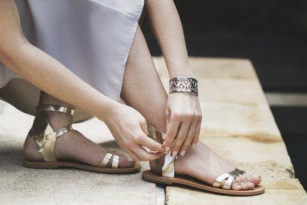 Metalické sandálky má letos doma každá Francouzka. Kde je seženete a za kolik?