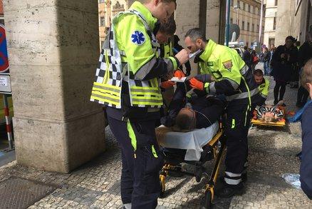 Hoří pražský magistrát, v horních patrech uvízli lidé! Hasiči, záchranáři a policisté cvičí zásah