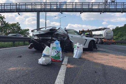 Na dálnici D1 před Prahou bourala dvě luxusní auta. Jedno z nich stavělo kvůli poruše