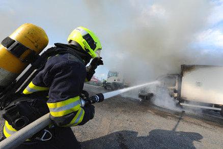 Hasiči zasahovali u požáru náklaďáku v Malešicích. Škoda je čtvrt milionu