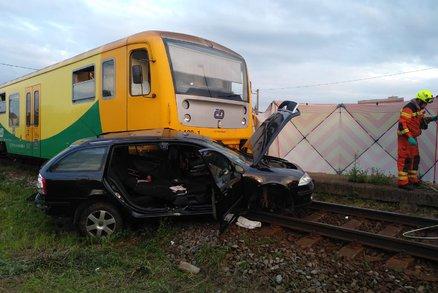 Na co myslel? Senior vjel škodovkou přímo pod vlak! Zranil sebe i manželku