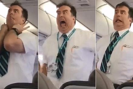 Steward rozesmál pasažéry letadla. Jeho bezpečnostní instruktáž do smrti nezapomenou