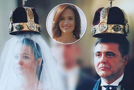 Moderátorka zpráv Klára Doležalová se pochlubila svatební fotkou! Koruna jako pro královnu
