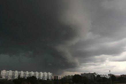 Nad Českem postupují bouřky se silným deštěm a kroupami. Nevyhnuly se ani Praze