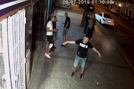 Vandal v Karlíně rozbil kameru: Natočila frajírka i skupinu mladíků, hledá je policie