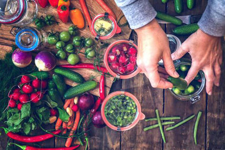 Uchovejte si chutě a vůně léta ve skleničce! Ty nejlepší recepty z rajčat, cuket i letního ovoce