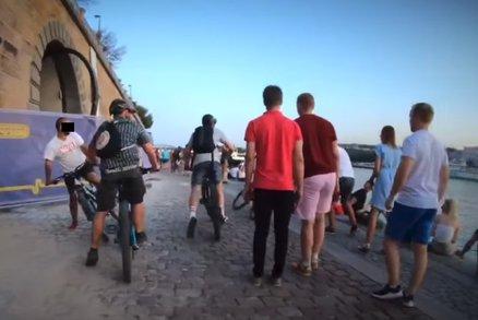 Děsivé video: Gang cyklistů řádil na náplavce! V rychlosti kličkovali mezi chodci, jednoho srazili