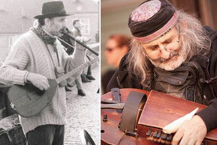 """Pouliční muzikant Jiří. Na Karlově mostě hrál už v roce 1987: """"Chybí mi stará Praha,"""