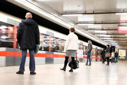 """Metro mezi Želivského a Depem Hostivař nejezdilo! Vlak na """"áčku"""