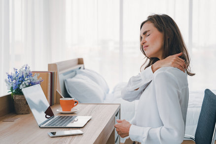 3 cviky do kanceláře: Většina bolestí zad souvisí se stresem. Trenér radí, jak se jich zbavit