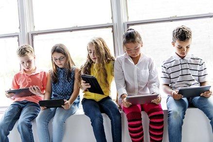 Vysedávají děti denně nad tabletem nebo u televize? Zarazte to, hrozí jim cukrovka!