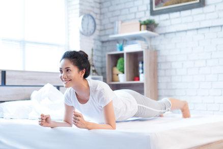 Objevte 7 cviků, které vás ráno nabijí energií na celý den a které můžete dělat v posteli!