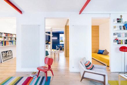 Moderní apartmán je plný barev, a přesto nepůsobí zahlcený