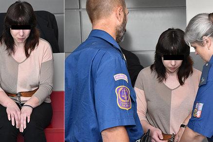 Zfetovaná matka dcerku (†3) škrtila a ubodala nůžkami: Vrchní soud potvrdil vysoký trest