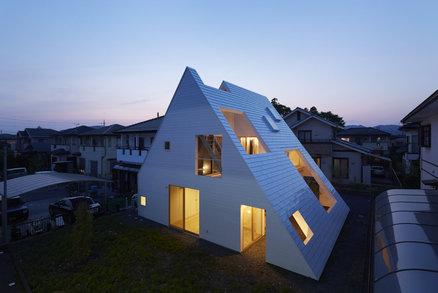 Rodinný dům pod obří střechou ukrývá posezení a hřiště pro děti