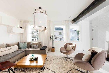 Spojením dvou bytů vznikl moderní domov pro pár se dvěma dětmi