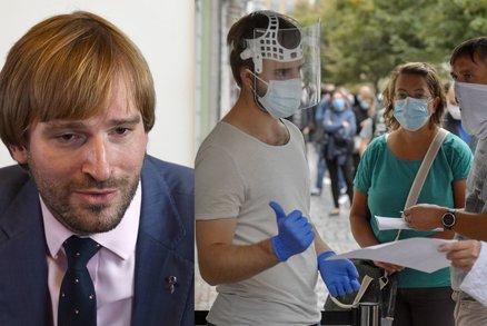 Koronavirus ONLINE: Na vnitřních akcích nejvýš deset stojících. A případů strmě přibylo