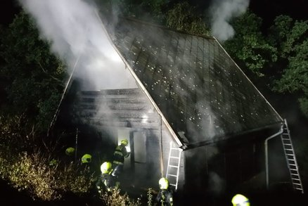 Dvoupatrová chata shořela na prach! Hasiči v noci bojovali s plameny u Hostivařské přehrady