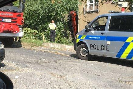 """Řidička v Ústí """"zapíchla"""" auto rovnou u domu: Vyprostit jí museli hasiči"""