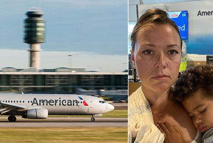 Mámu se synem (2) vykopli z letadla, protože dítě nechtělo roušku