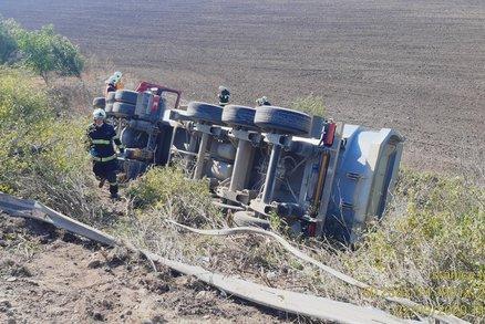 Šílená nehoda na D8: Kamion vrazil do odstavené dodávky, skončil na boku ve svahu u dálnice!